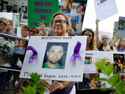 Personas que protestan por la crisis de los opioides