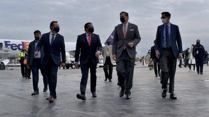 Roberto Velasco, director general de la SRE para América del Norte (derecha), estuvo acompañado por Christopher Landau, embajador de Estados Unidos (centro derecha), y Jorge Torres Aguilar, presidente de FedEx Express en México (centro izquierda).  (Foto: SRE)